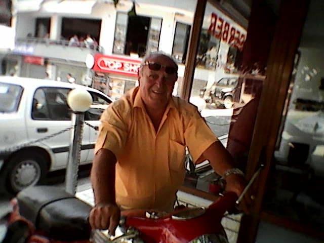 Si 50 vjet më parë, edhe pse 75 vjeç, Gani Shane ecën kaluar në motorin e tij JAVA 250 kubik në rrugët e Gjirokastrës