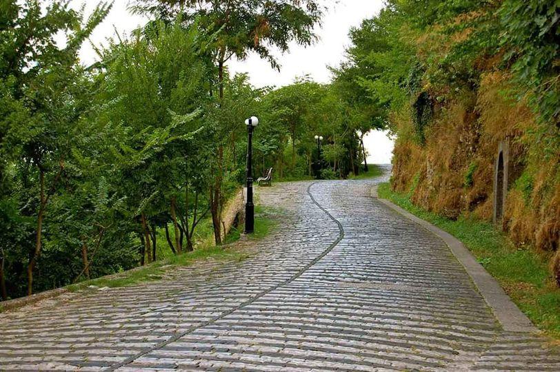 Rruget e bukura me kujtime te Gjirokastres qe te zgjojne nga gjumi...