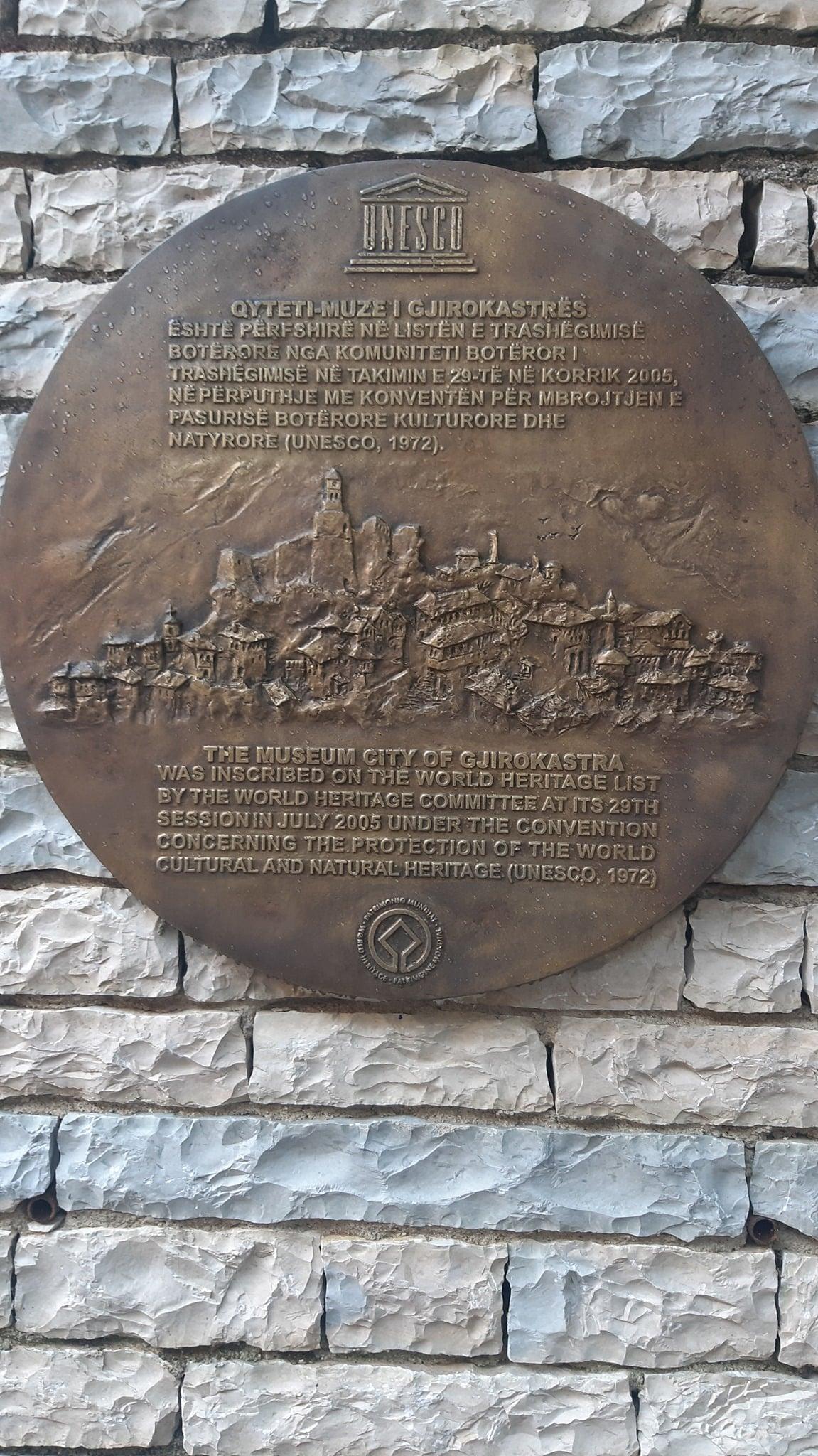 Në murin e Memorialit të UNESCO-s në sheshin e Çerçizit vendoset bazorelievi, vepër e skulptorit Mumtaz Dhrami