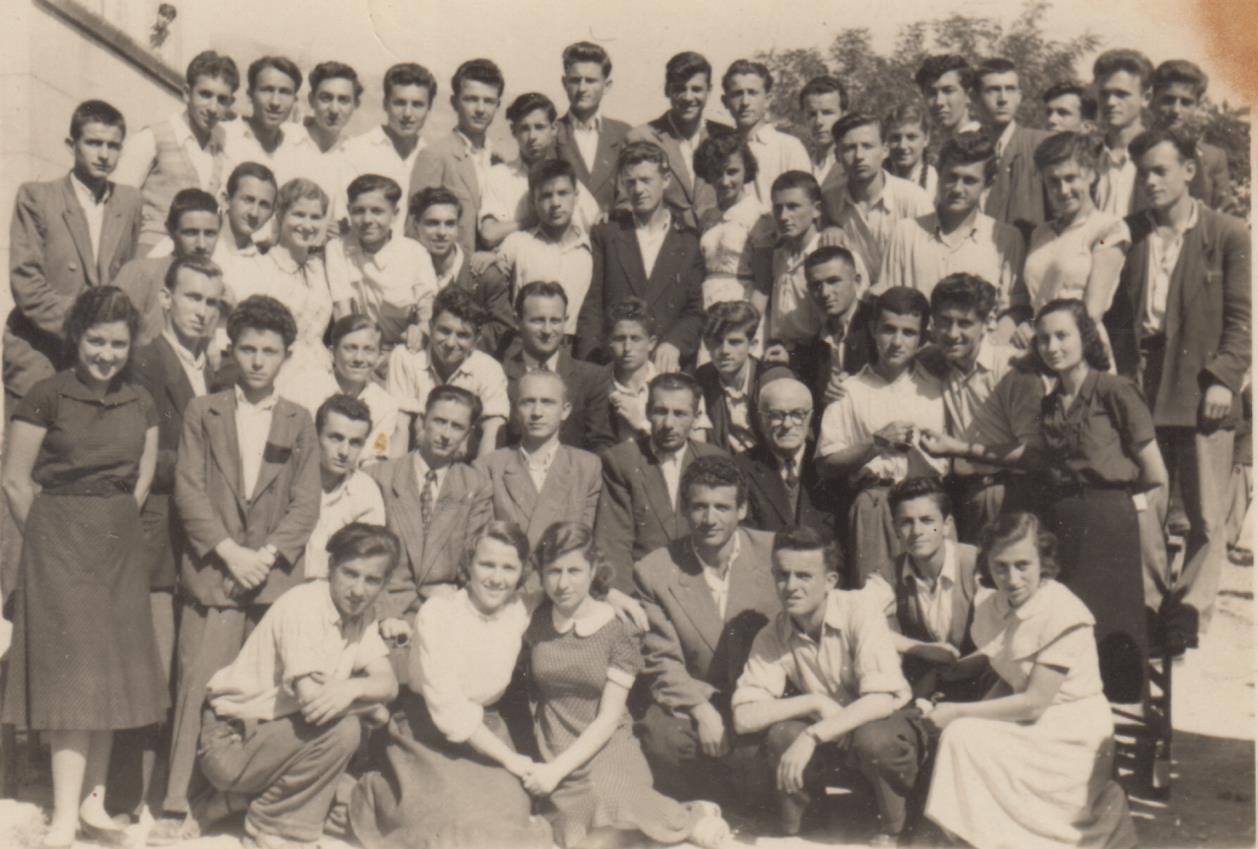 Në foto, maturë e pas vitit 1950 e gjimnazit të Gjirokastrës