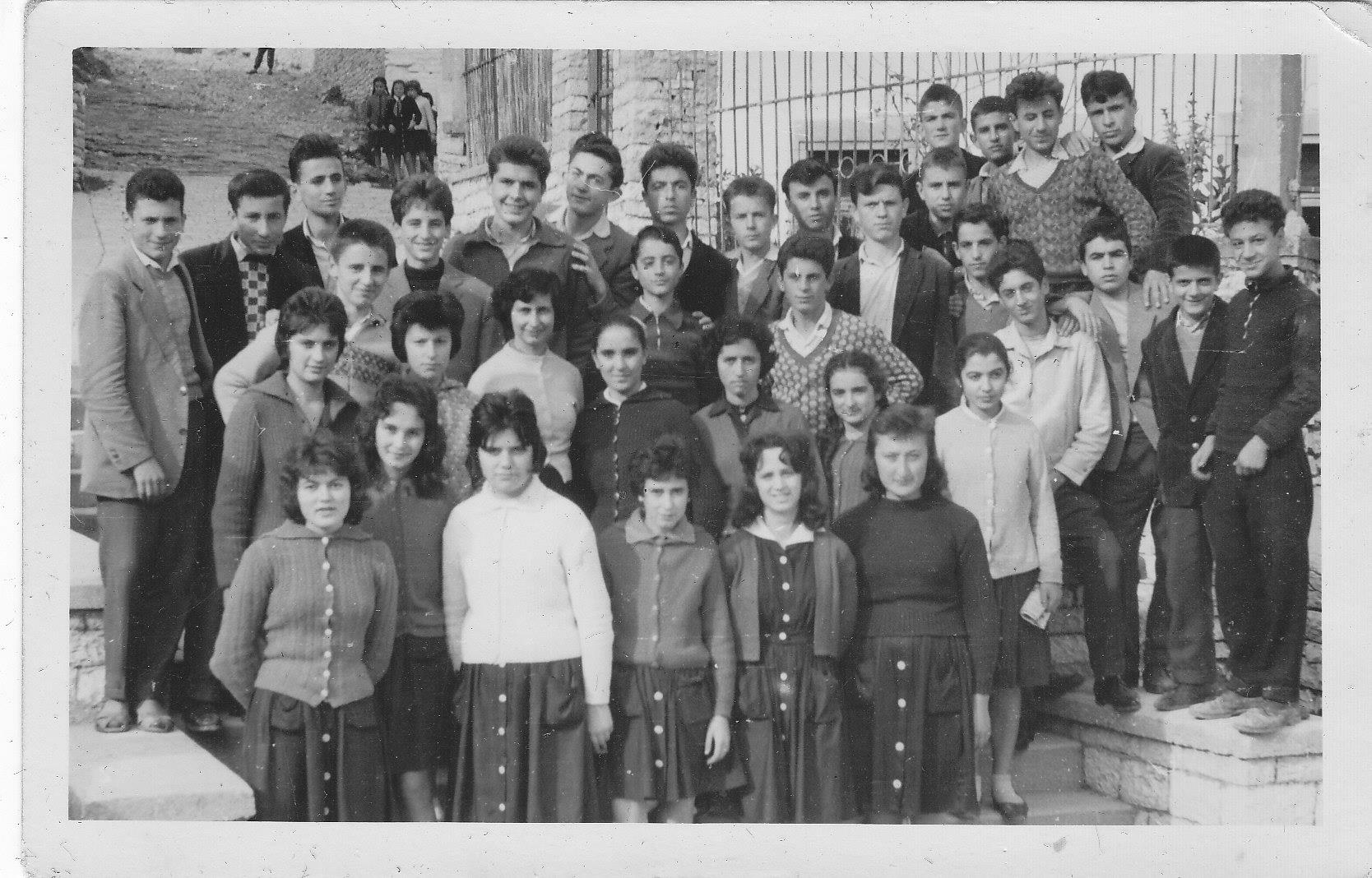Ne foto, maturante te gjimnazit Asim Zeneli të qytetit të Gjirokastrës