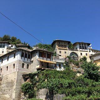 Shtepite me dy porta te lagjeve te qytetit te Gjirokastres