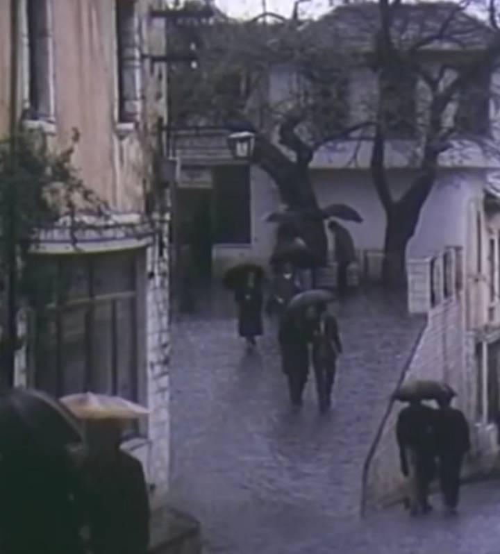"""Kur binte shi, disa guxonin dhe u afroheshin vajzave:""""O shoqe, te futem dhe une nje çikë në çadër?""""…"""