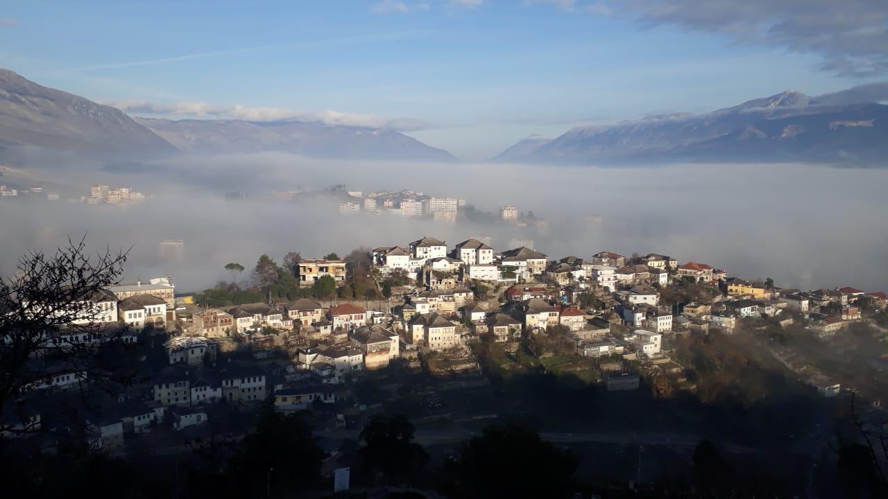 """Gjirokaster, lagjja me dy emra te vjeter dhe me diell qe sot """"lundron"""" ne mjegull"""