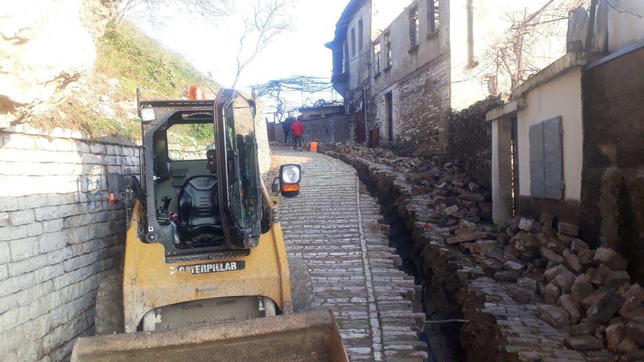 Shtrohen tubot e ujit te pijshem per banoret e lagjeve malore te Gjirokastres