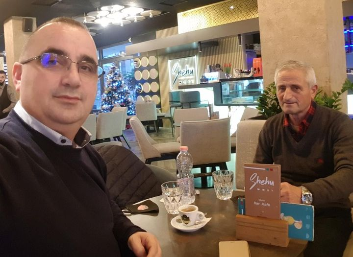 Gentian Mullai kafe me policin shembullor, poet i lexuar dhe model i admiruar