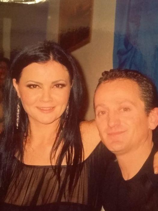 Muzikanti gjirokastrit Armand Bimi uron per Vitin e Ri kengetaren e njohur shqiptare