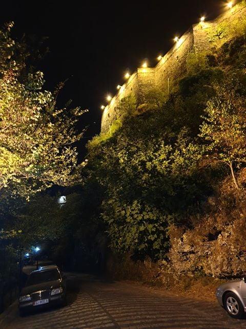 Rruga nenkala ne Gjirokaster, gjeni emrin nese ka ose vendosni si do ta quanit!