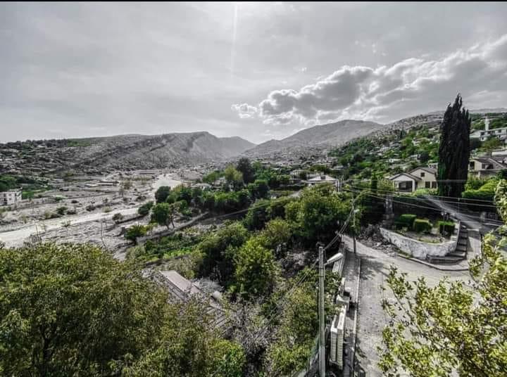 Ja nje foto artistike e Dr. te njohur Hodo Çelo per fshatin e tij