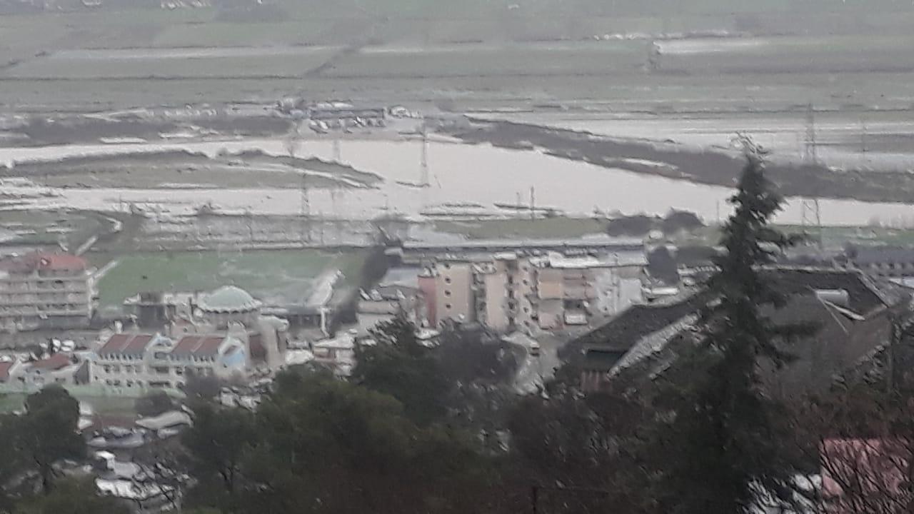 """Lumi Drino fryhet dhe del nga """"vija""""..."""