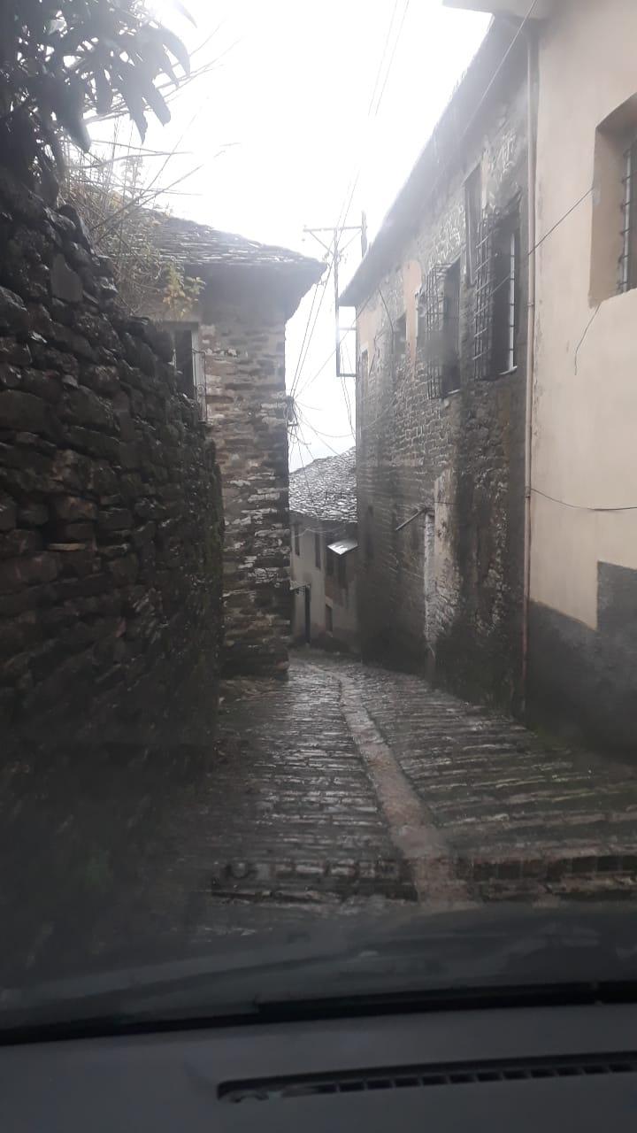 Ne nje nga lagjet e Gjirokastres, gjeni ku mblidhen ujrat e shiut te ketij sokaku pa emer!