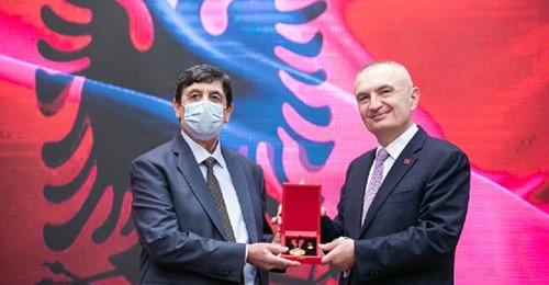 Presidenti Ilir Meta nderon me titullin e Larte MJESHTER I MADH kengetarin e mirenjohur gjirokastrit Petrit Lulo