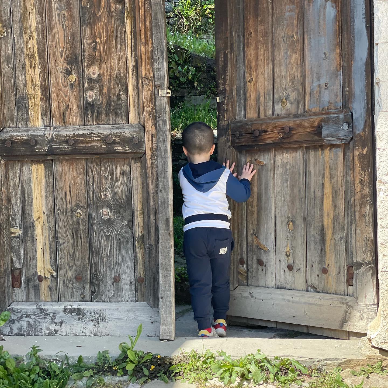 Zbuloni se çfare fshihet pas portes se shtepise!...