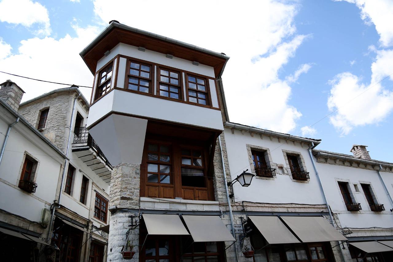 """""""Zgjohen"""" katet e dyta e te treta te Qafes se Pazarit te qytetit te Gjirokastres"""