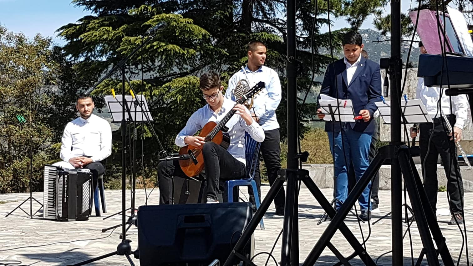 Nxenesit e shkolles artistike Feim Ibrahimi, me muzike dhe piktura ne PermetvSh
