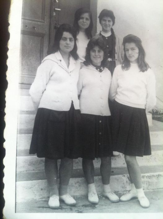 Dikur,vajzat e bukura me uniforme te pedagogjikes te qytetit te Gjirokastres