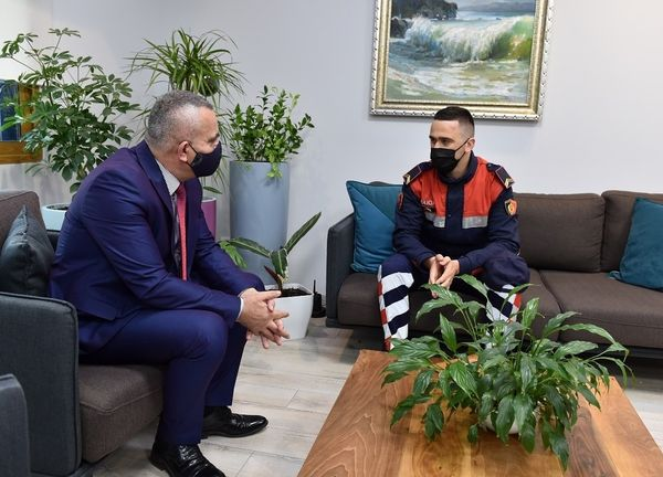 """Parandalimi i vrasjes së dyfishtë në bulevardin """"Migjeni"""", Drejtor Veliu falënderon punonjësin e Policisë Shkëlzen Tafa."""