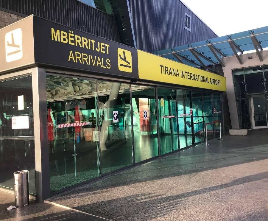 E fundit/ Mbahet peng Aeroporti i Tiranes ne Rinas, Shqiptaret me placka ne duar!