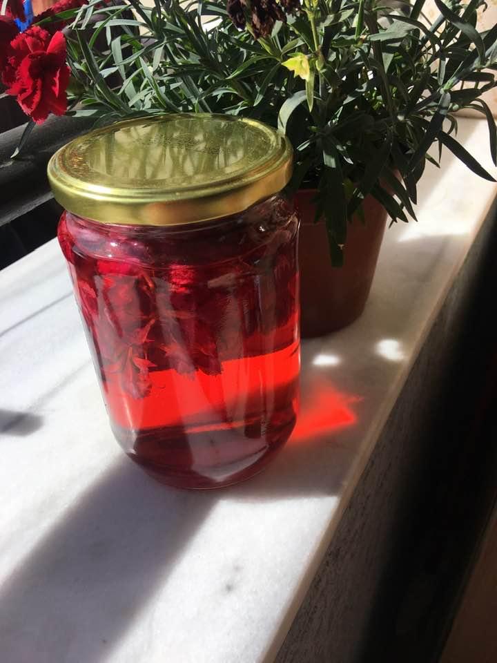 Petalet e karafilit ose te trendafilit te kuq, ne shijen e aranxhates te dikurshme!