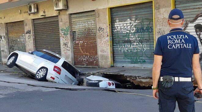 Ngjarje e pazakonte ne Rome, humnera gelltit makinat