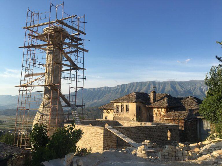Po rikonstruktohet xhamija, prane vendit te shenjte te Baba Arshiut ne lagjen Cfake te Gjirokastres. Sa shume kujtime!