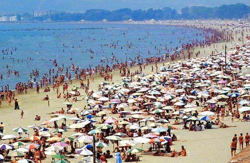 "Ju kujtohen ""garderobat ne natyre"" ku beheshit ""karkacul"" ne sy te botes ne plazhet e Durresit?"
