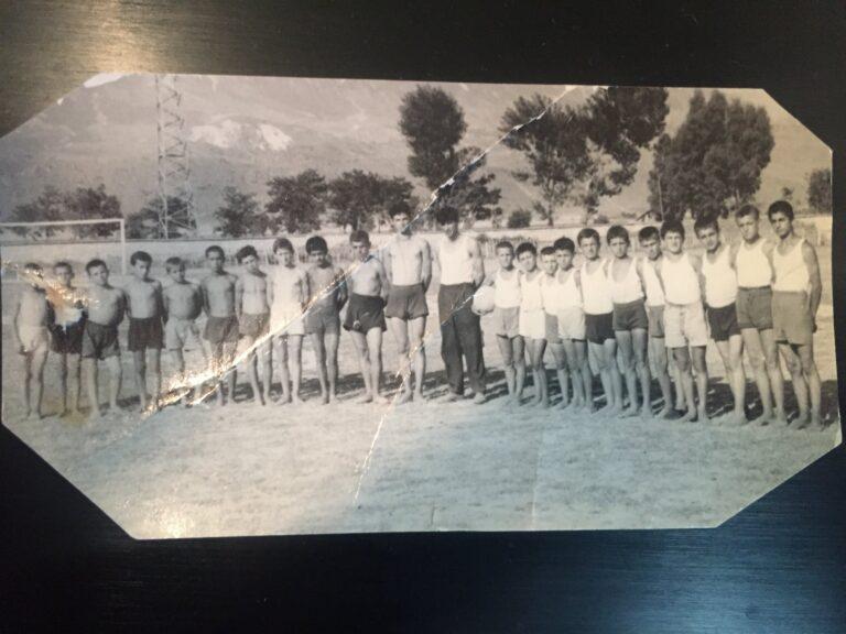 Dikur, futbollistet e vegjel gjirokastrit me trajnerin e tyre Lalan Habipin