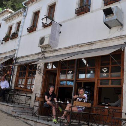 Klubet e preferuara ku gjimnazistet gjirokastrite pinin kafe, aranxhata, ponç dhe ndonje birre