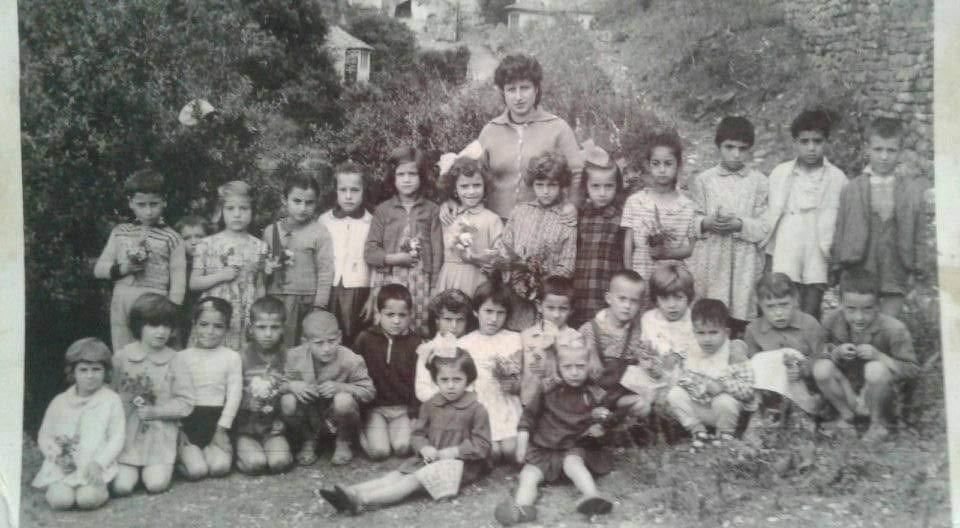 Foto ne lagjen Hazmurat te Gjirokastres, kush eshte mesuesja po femijet cilet jane?