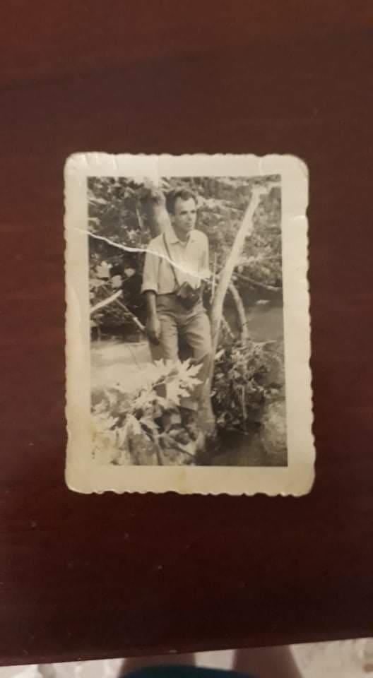 """Fotografi Xhelo Xhelili me aparatin fotografik me dy këmbë që u thoshte gjirokastritëve """"Gati"""" dhe pas shkrepjes """"Me shëndet!"""""""