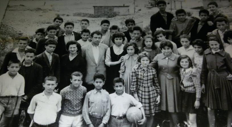 """Foto e 57 viteve më parë, mësues dhe nxënës të shkollës """"29 Nëndori' sot shkolla """"Çajupi"""""""