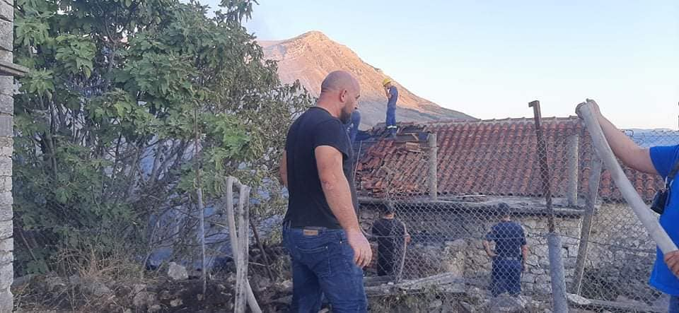 Digjet banesa/ Vater zjarri ne nje nga fshatrat e zones se Libohoves te qarkut te Gjirokastres