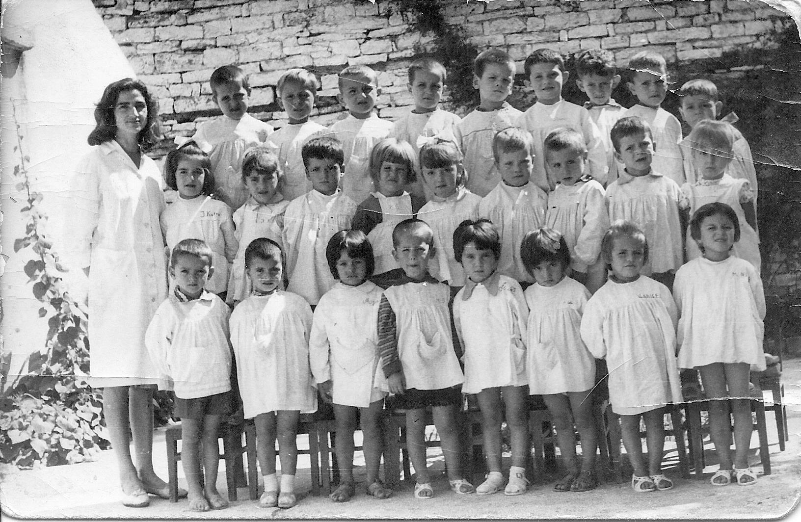 Kujtese/ Ja edukatorja tuaj ne fotografi e kopshtit te femijeve ne lagjen Meçite te Gjirokasteres