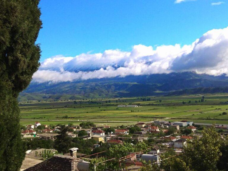 Nga ç`vend eshte shkrepur kjo foto, gjeni emrin e fshatit, te fushes dhe maleve!