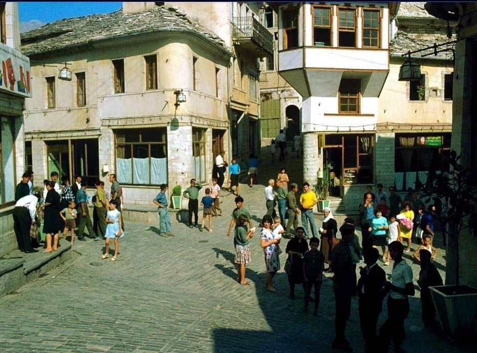 """Kur dyqanxhinjte e Pazarit te Gjirokastres shkruanin me kalem kopjativ shenimin"""" Kthehem per nje çik...!"""""""