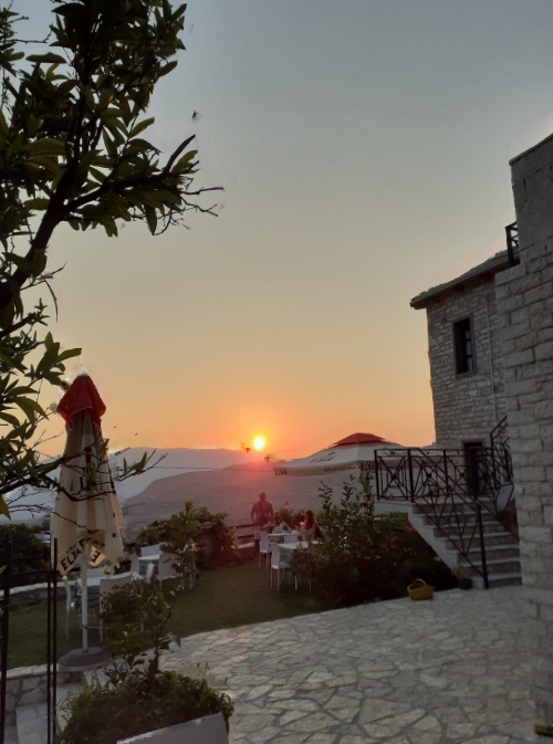 Ne Labove te Kryqit te Gjirokastres, njihuni me Bujtinen magjike, me diell edhe ne perendim te dites