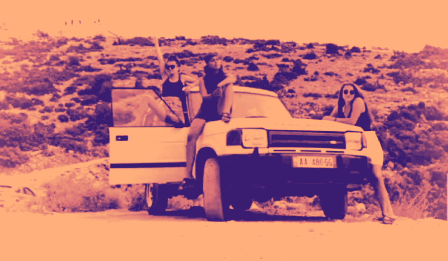 Serish nje makine luksi, Land Rover, nje shofere 22 vjece, instagrami... Frike te dalesh ne rruge!