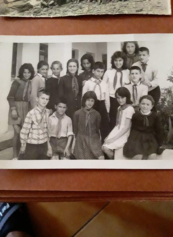 Nje foto një kujtim/ Kush është Aktori dhe kush është Gjenerali në këtë foto të shkollës Naim Frashëri në Gjirokastër?