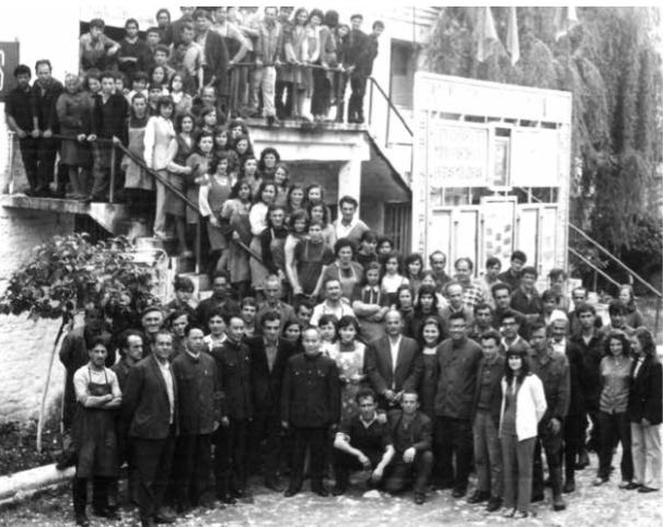 Nje foto një kujtim/ Kë njihni në këtë foto, punëtorë, specialistë dhe drejtues të ish fabrikës së lëkurë këpucëve të Gjirokastrës
